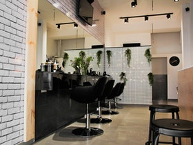 מטבח מעוצב עם כסאות בר שחורות