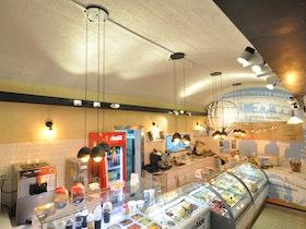 מסעדת אלדו עם מקררי גלידות