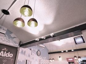 מסעדת אלדו עם גוף תאורה תלוי