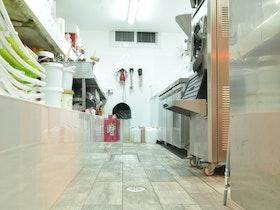המטבחים מאחורה במסעדת אלדו