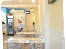 חדר אוכל של משרדים וכסאות פלסטיק