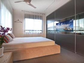 חדר שינה עם 2 ארונות הזזה