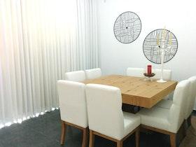 דירה משופצת עם פינת אוכל וכסאות