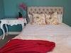איך לעצב חדר שינה קטן במינימום וקצת יותר ממינימום הוצאה
