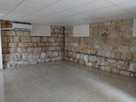 חנייה עם אבנים ירושלמיות