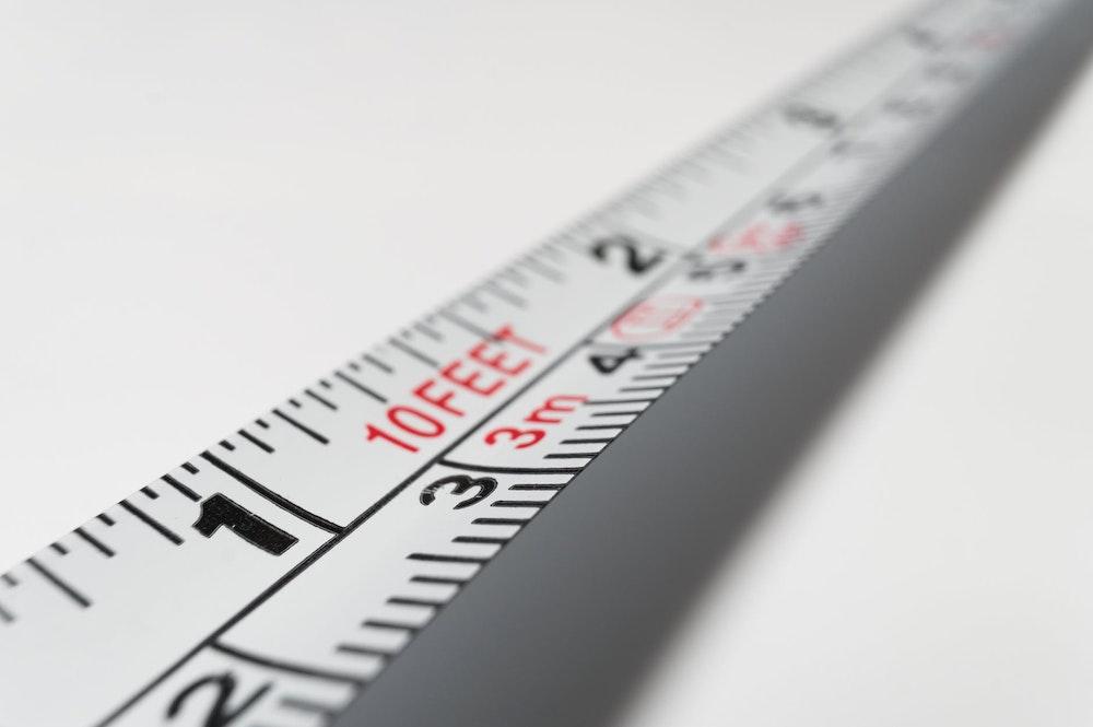 סרט מדידה שבו משתמש מודד מוסמך