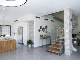 מדרגות העולות לקומת החדרים