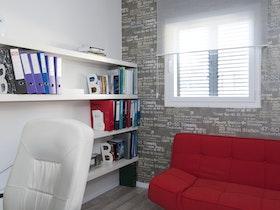 """חדר הממ""""ד בקומת הכניסה - שהפך למשרד ביתי."""