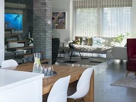 מבט אל עבר הסלון הביתי מכיוון המטבח.