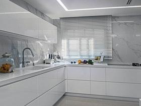 מטבח לבן עם ארוניות לבנות