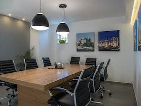 """תכנון ועיצוב חדר ישיבות לחברת נדל""""ן"""
