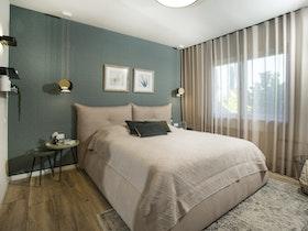 חדר שינה עם מיטה מהודרת ומזרן זוגי