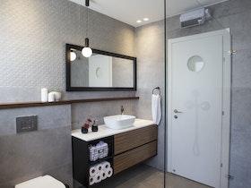 מקלחת זכוכית עם שירותים יוקרתית