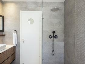 מקלחת זכוכית יוקרתית רחבה