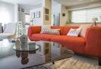 ספה אדומה מבד עם שולחן זכוכית