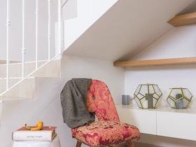 צילום של חדר מדרגות לבן