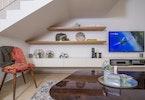 טלויזיה גדולה עם 2 מדפים וכיסא