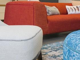 צילום של ספה אדומה מבד
