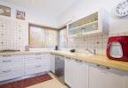 ארוניות בסגנון כפרי במטבח משופץ