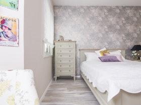 מיטה זוגית עם מזרן ושידת מגירות
