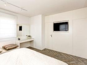 חדר שינה משופץ עם פרקט חום