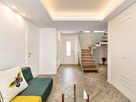 חדר שינה עם מדרגות לקומה העליונה