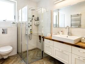 מקלחת משופצת עם ארונית תלוייה על הקיר