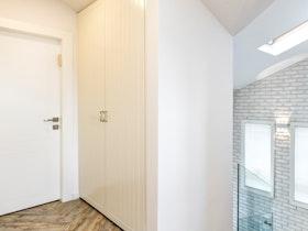 בית םרטי עם מדרגות מזכוכית ופרקט