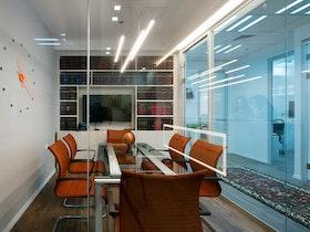 זכוכית עוטפת חללי משרד מעוצבים ביופיים