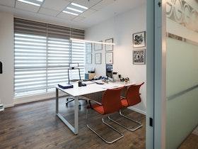 משרד מעוצב עם שולחן וכסאות