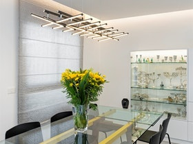חדר שיבות עם שולחן זכוכית וכסאות שחורות