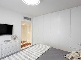 חדר שינה עם ארונות לבנים