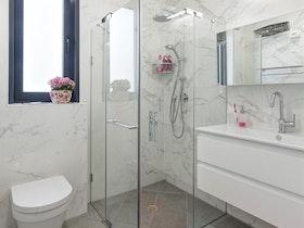 מקלחת עם מקלחון
