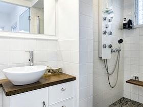 מקלחת משופמת עם קרמיקה לבנה
