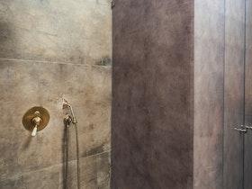 מקלחת עם קרמיקה חומה ומקלחון סגור