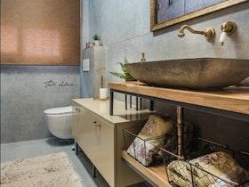 מקלחת עם קירות אפורים
