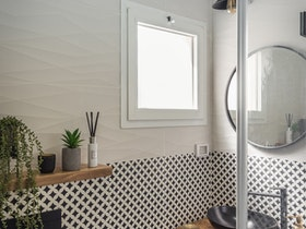 חלל אמבטיה עם מראה וקרמיקה שחור לבן
