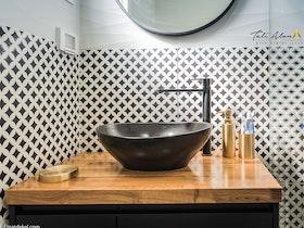 כיור שחור עם ארונית אמבטיה