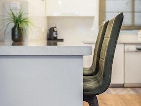 שולחן עם שיש ו2 כסאות