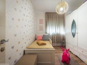 חדר ילדים עם רהיטים מעוצבים, וילון ופרקט