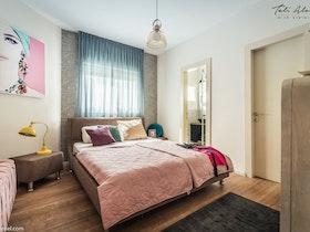 מיטה בחדר שינה עם מזרון
