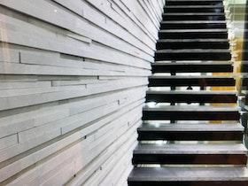 מדרגות מרחפות בקיר סרגלי עץ
