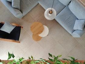 צילום מלמעלה של סלון בבית פרטי