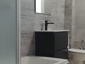 מקלחת משופצת עם אמבטיה חדשה