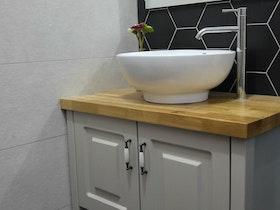 כיור באמבטיה מעוצב עם ניקל