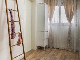 חדר שינה עם ארונית ופרקט