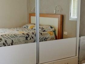 ארון הזזה עם מראה בחדר הורים משופץ