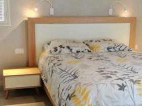מיטה זוגית עם מזרן בחלל מעוצב ומחודש