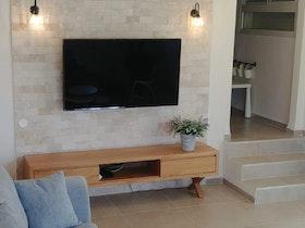 סלון של דירה פרטית לאחר שיפוץ ייסודי עם הרהיטים