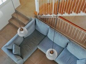 חדר מדרגות בתוך בית פרטי עם סלון בצבע תכלת